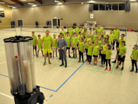 På besøg hos Korsør Badminton Klub fik Christian Rudolph selv prøvet den nye boldmaskine, som hans virksomhed har sponsoreret.