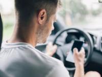 Danskerne har travlt, når de kører bil  med smser, opkald og sociale medier